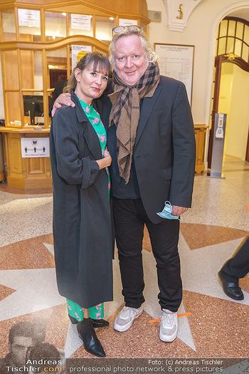 Premiere ´Das Abschiedsdinner´ - Stadttheater Berndorf - Do 01.10.2020 - Gregor SEBERG mit Freundin Julia (Kaßmannhuber?)3