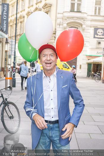 Opening - Camicissima - Sa 03.10.2020 - Heribert KASPER (Portrait mit Luftballons)39