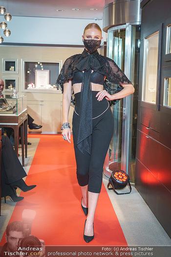 Silvia Schneider- the black collection - Bucherer, Wien - Mo 05.10.2020 - Model mit Corona Schutzmaske am Laufsteg62