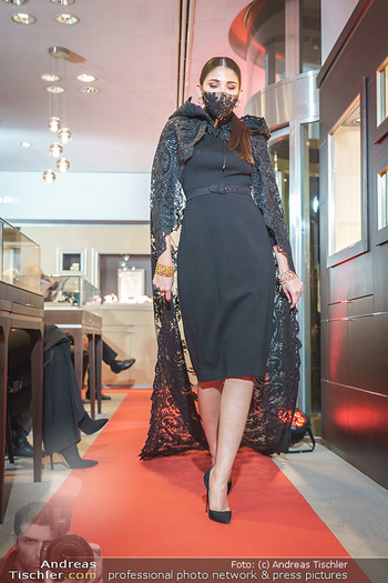 Silvia Schneider- the black collection - Bucherer, Wien - Mo 05.10.2020 - Model mit Corona Schutzmaske am Laufsteg63