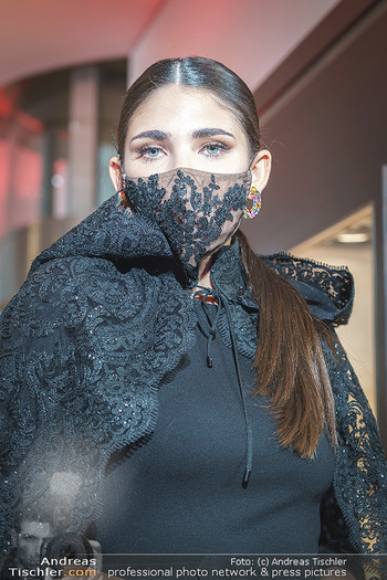 Silvia Schneider- the black collection - Bucherer, Wien - Mo 05.10.2020 - Model mit Corona Schutzmaske am Laufsteg64