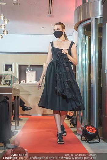 Silvia Schneider- the black collection - Bucherer, Wien - Mo 05.10.2020 - Model mit Corona Schutzmaske am Laufsteg65