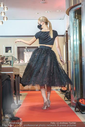 Silvia Schneider- the black collection - Bucherer, Wien - Mo 05.10.2020 - Model mit Corona Schutzmaske am Laufsteg66