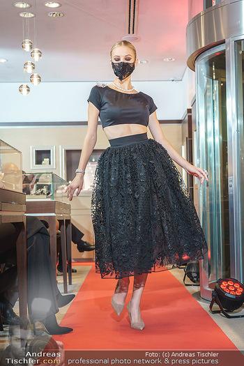 Silvia Schneider- the black collection - Bucherer, Wien - Mo 05.10.2020 - Model mit Corona Schutzmaske am Laufsteg67