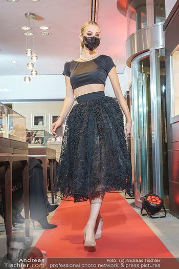 Silvia Schneider- the black collection - Bucherer, Wien - Mo 05.10.2020 - Model mit Corona Schutzmaske am Laufsteg68