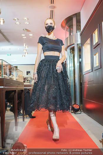 Silvia Schneider- the black collection - Bucherer, Wien - Mo 05.10.2020 - Model mit Corona Schutzmaske am Laufsteg69