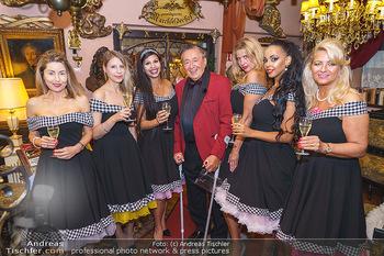 Richard Lugner 88. Geburtstag - Marchfelderhof - Sa 10.10.2020 - Richard LUGNER mit Tierchen, Zoo (Goldfisch, Katzi, Bambi, Elefa11