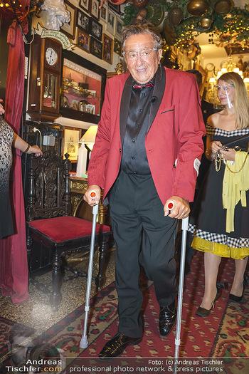 Richard Lugner 88. Geburtstag - Marchfelderhof - Sa 10.10.2020 - Richard LUGNER mit Krücken13