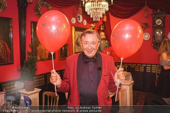 Richard Lugner 88. Geburtstag - Marchfelderhof - Sa 10.10.2020 - Richard LUGNER mit Luftballons32