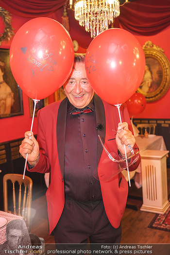 Richard Lugner 88. Geburtstag - Marchfelderhof - Sa 10.10.2020 - Richard LUGNER mit Luftballons33