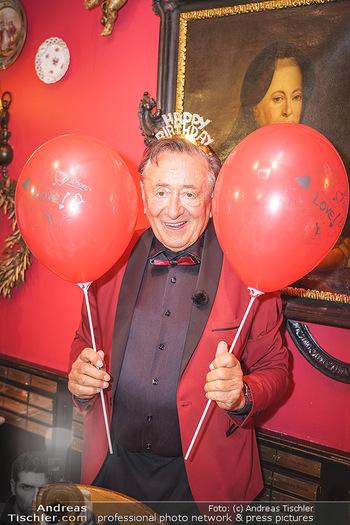 Richard Lugner 88. Geburtstag - Marchfelderhof - Sa 10.10.2020 - Richard LUGNER mit Luftballons39