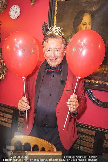 Richard Lugner 88. Geburtstag - Marchfelderhof - Sa 10.10.2020 - Richard LUGNER mit Luftballons41