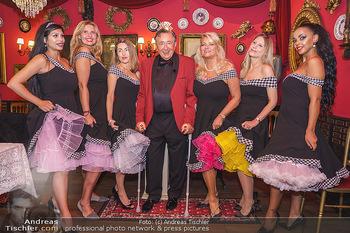 Richard Lugner 88. Geburtstag - Marchfelderhof - Sa 10.10.2020 - Richard LUGNER mit Geburtstagstorte und Tierchen (Goldfisch, Kat47
