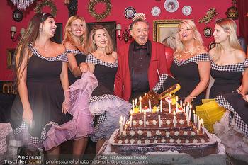 Richard Lugner 88. Geburtstag - Marchfelderhof - Sa 10.10.2020 - Richard LUGNER mit Geburtstagstorte und Tierchen (Goldfisch, Kat49
