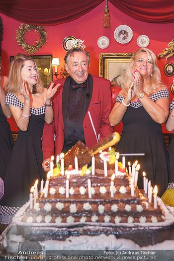Richard Lugner 88. Geburtstag - Marchfelderhof - Sa 10.10.2020 - Richard LUGNER mit Geburtstagstorte und Tierchen (Goldfisch, Kä50