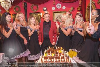 Richard Lugner 88. Geburtstag - Marchfelderhof - Sa 10.10.2020 - Richard LUGNER mit Geburtstagstorte und Tierchen (Goldfisch, Kat51