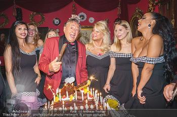 Richard Lugner 88. Geburtstag - Marchfelderhof - Sa 10.10.2020 - Richard LUGNER mit Geburtstagstorte und Tierchen (Goldfisch, Kat52