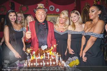 Richard Lugner 88. Geburtstag - Marchfelderhof - Sa 10.10.2020 - Richard LUGNER mit Geburtstagstorte und Tierchen (Goldfisch, Kat53
