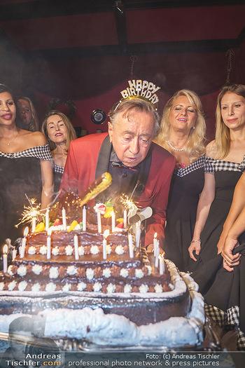 Richard Lugner 88. Geburtstag - Marchfelderhof - Sa 10.10.2020 - Richard LUGNER mit Geburtstagstorte und Tierchen (Goldfisch, Kat54