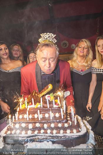 Richard Lugner 88. Geburtstag - Marchfelderhof - Sa 10.10.2020 - Richard LUGNER mit Geburtstagstorte und Tierchen (Goldfisch, Kat55