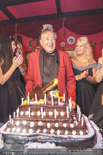 Richard Lugner 88. Geburtstag - Marchfelderhof - Sa 10.10.2020 - Richard LUGNER mit Geburtstagstorte und Tierchen (Goldfisch, Kat57