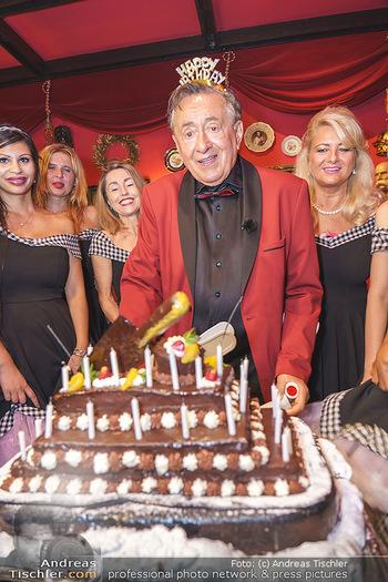 Richard Lugner 88. Geburtstag - Marchfelderhof - Sa 10.10.2020 - Richard LUGNER mit Geburtstagstorte und Tierchen (Goldfisch, Kat58
