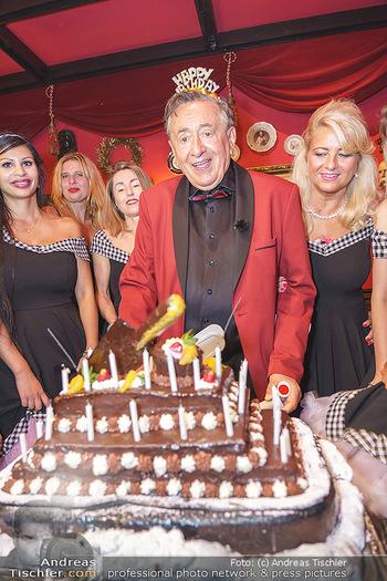 Richard Lugner 88. Geburtstag - Marchfelderhof - Sa 10.10.2020 - Richard LUGNER mit Geburtstagstorte und Tierchen (Goldfisch, Kat59
