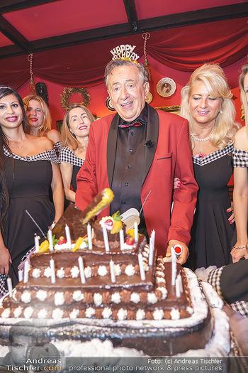 Richard Lugner 88. Geburtstag - Marchfelderhof - Sa 10.10.2020 - Richard LUGNER mit Geburtstagstorte und Tierchen (Goldfisch, Kat60