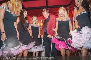 Richard Lugner 88. Geburtstag - Marchfelderhof - Sa 10.10.2020 - Richard LUGNER mit Tierchen (Goldfisch, Katzi, Bambi, Elefant, C61