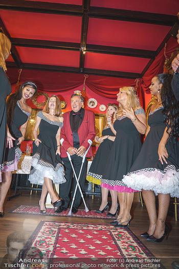 Richard Lugner 88. Geburtstag - Marchfelderhof - Sa 10.10.2020 - Richard LUGNER mit Tierchen (Goldfisch, Katzi, Bambi, Elefant, C63