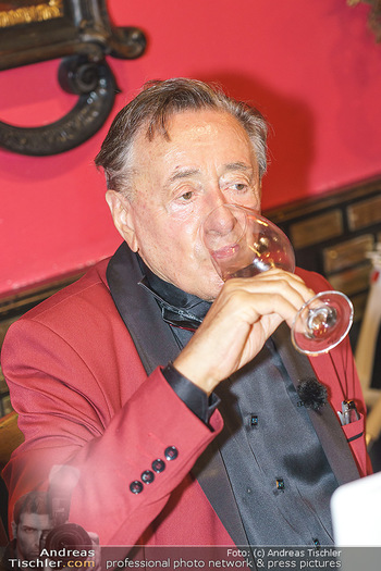 Richard Lugner 88. Geburtstag - Marchfelderhof - Sa 10.10.2020 - Richard LUGNER trinkt Wein66