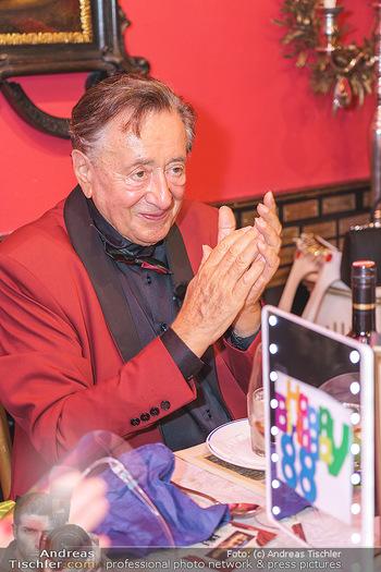 Richard Lugner 88. Geburtstag - Marchfelderhof - Sa 10.10.2020 - Richard LUGNER applaudiert67