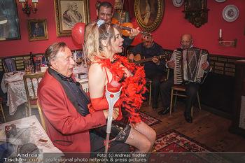 Richard Lugner 88. Geburtstag - Marchfelderhof - Sa 10.10.2020 - Richard LUGNER mit Stripperin89