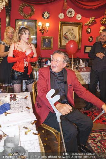 Richard Lugner 88. Geburtstag - Marchfelderhof - Sa 10.10.2020 - Richard LUGNER mit Stripperin91