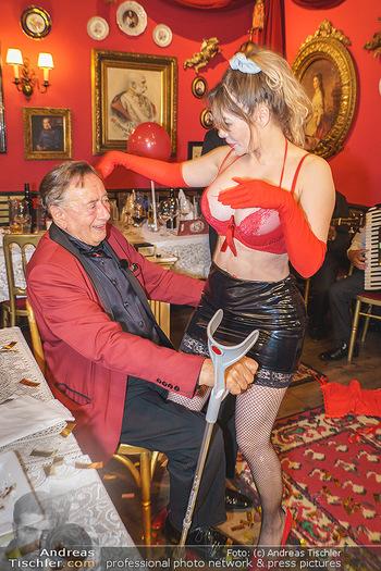 Richard Lugner 88. Geburtstag - Marchfelderhof - Sa 10.10.2020 - Richard LUGNER mit Stripperin96