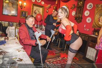 Richard Lugner 88. Geburtstag - Marchfelderhof - Sa 10.10.2020 - Richard LUGNER mit Stripperin114