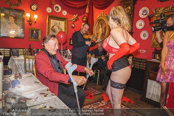 Richard Lugner 88. Geburtstag - Marchfelderhof - Sa 10.10.2020 - Richard LUGNER mit Stripperin116