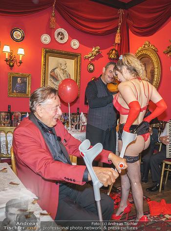 Richard Lugner 88. Geburtstag - Marchfelderhof - Sa 10.10.2020 - Richard LUGNER mit Stripperin117