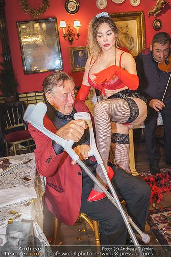 Richard Lugner 88. Geburtstag - Marchfelderhof - Sa 10.10.2020 - Richard LUGNER mit Stripperin120