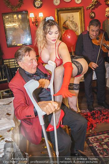 Richard Lugner 88. Geburtstag - Marchfelderhof - Sa 10.10.2020 - Richard LUGNER mit Stripperin121