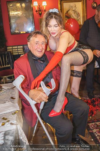 Richard Lugner 88. Geburtstag - Marchfelderhof - Sa 10.10.2020 - Richard LUGNER mit Stripperin125