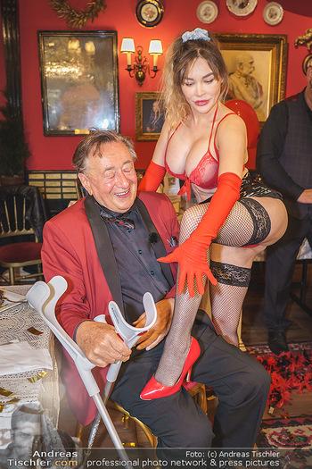 Richard Lugner 88. Geburtstag - Marchfelderhof - Sa 10.10.2020 - Richard LUGNER mit Stripperin126