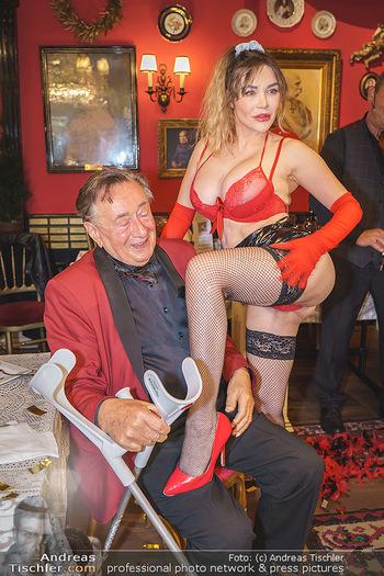 Richard Lugner 88. Geburtstag - Marchfelderhof - Sa 10.10.2020 - Richard LUGNER mit Stripperin127