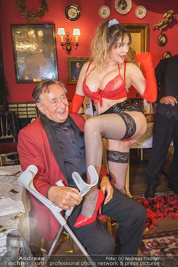 Richard Lugner 88. Geburtstag - Marchfelderhof - Sa 10.10.2020 - Richard LUGNER mit Stripperin129