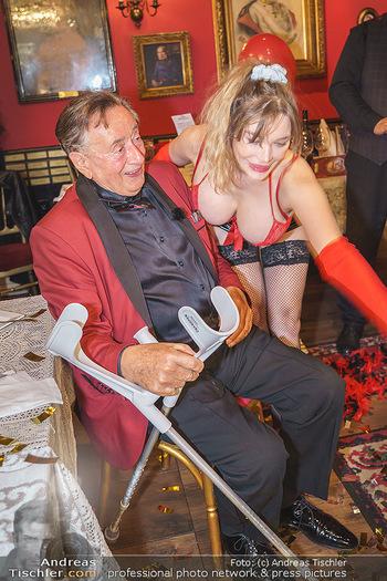 Richard Lugner 88. Geburtstag - Marchfelderhof - Sa 10.10.2020 - Richard LUGNER mit Stripperin132
