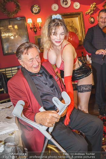 Richard Lugner 88. Geburtstag - Marchfelderhof - Sa 10.10.2020 - Richard LUGNER mit Stripperin133