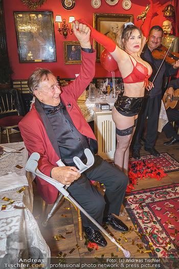 Richard Lugner 88. Geburtstag - Marchfelderhof - Sa 10.10.2020 - Richard LUGNER mit Stripperin134