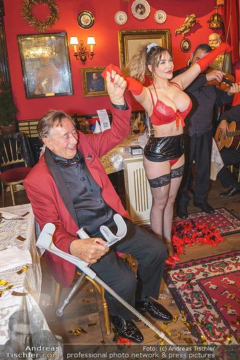 Richard Lugner 88. Geburtstag - Marchfelderhof - Sa 10.10.2020 - Richard LUGNER mit Stripperin135