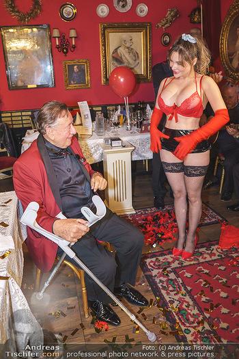 Richard Lugner 88. Geburtstag - Marchfelderhof - Sa 10.10.2020 - Richard LUGNER mit Stripperin136