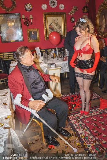 Richard Lugner 88. Geburtstag - Marchfelderhof - Sa 10.10.2020 - Richard LUGNER mit Stripperin137